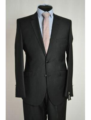 Приталенный костюм черного цвета